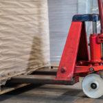 Transpalette manuel ou électrique : lequel faut-il choisir pour son entrepôt?
